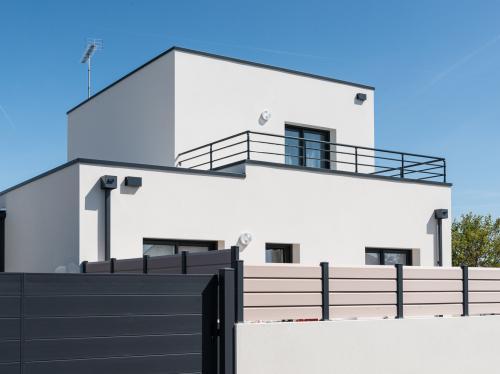 Maison moderne à étage près de la mer